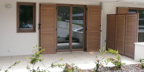 exemples de r alisations de chantiers de fermetures bois portes et volets bois sur mesure volet. Black Bedroom Furniture Sets. Home Design Ideas