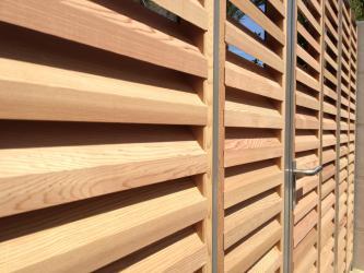 Exemples de realisations de chantiers de fermetures bois for Porte de garage de plus porte en bois sur mesure