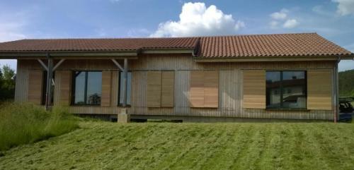 le projet de maison passive en ossature bois et remplissage paille fait le choix du volet coulissant en douglas comme fermeture extrieure - Maison Paille Ossature Bois