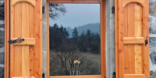 Volets Bois Battants En Meleze Pour L Habitat Traditionnel En Auvergne A Queyrieres Gpf