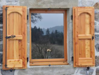 Exemples de r alisations de chantiers de fermetures bois for Crochet de volet bois